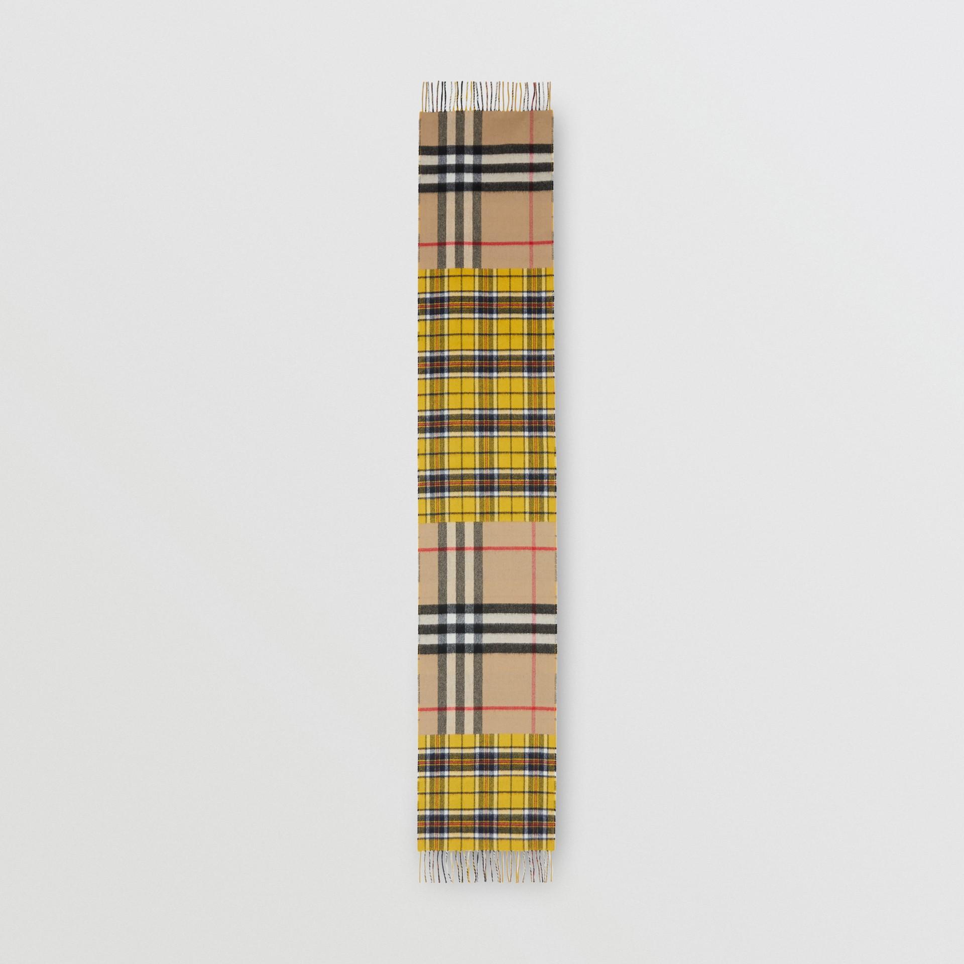對比格紋喀什米爾美麗諾羊毛提花圍巾 (鮮黃色) | Burberry - 圖庫照片 5