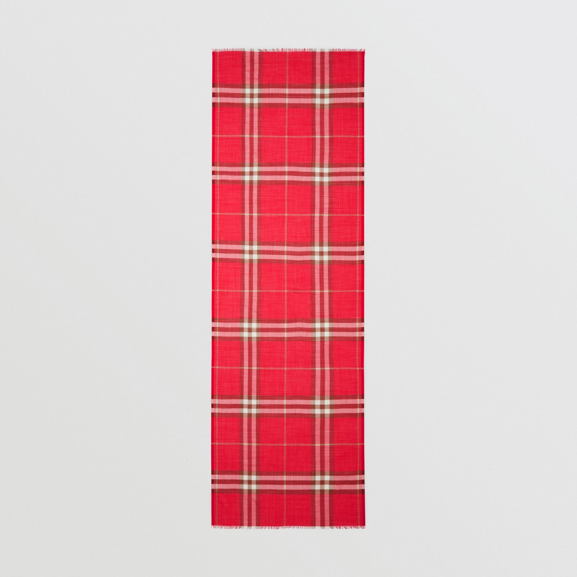 ライトウェイト チェック ウールシルク スカーフ (ブライトレッド) | バーバリー - ギャラリーイメージ 5