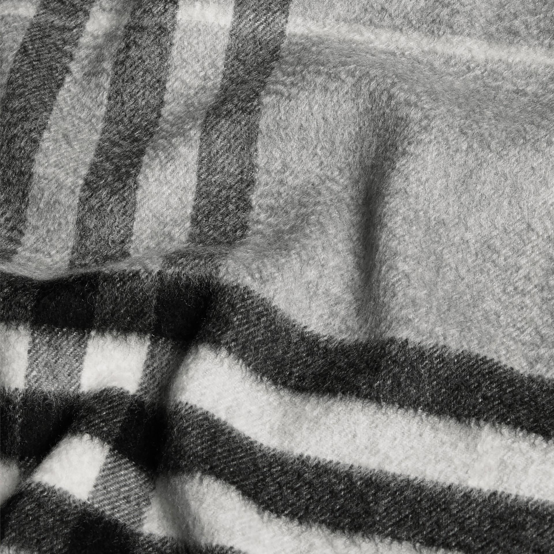 Gris pâle Écharpe classique en cachemire à motif check Gris Pâle - photo de la galerie 5