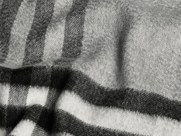 Gris pâle Écharpe classique en cachemire à motif check Gris Pâle - cell image 4