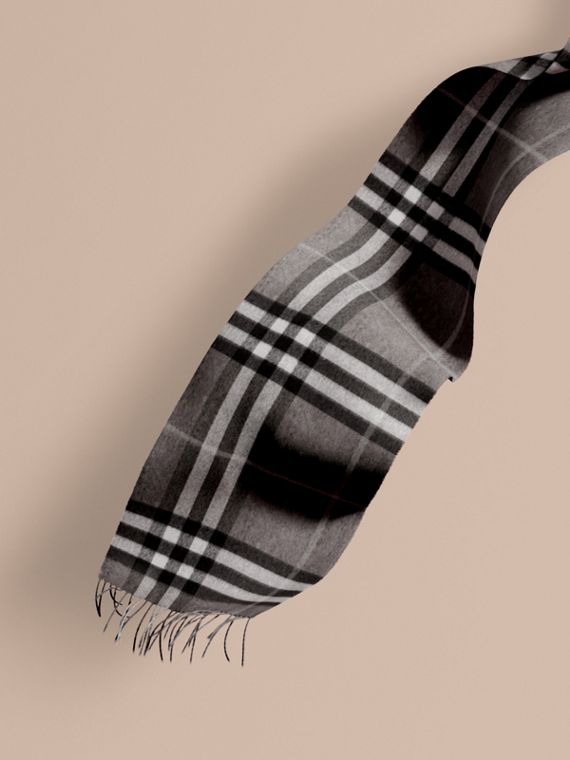 The Classic Cashmere Scarf in Check Mid Grey