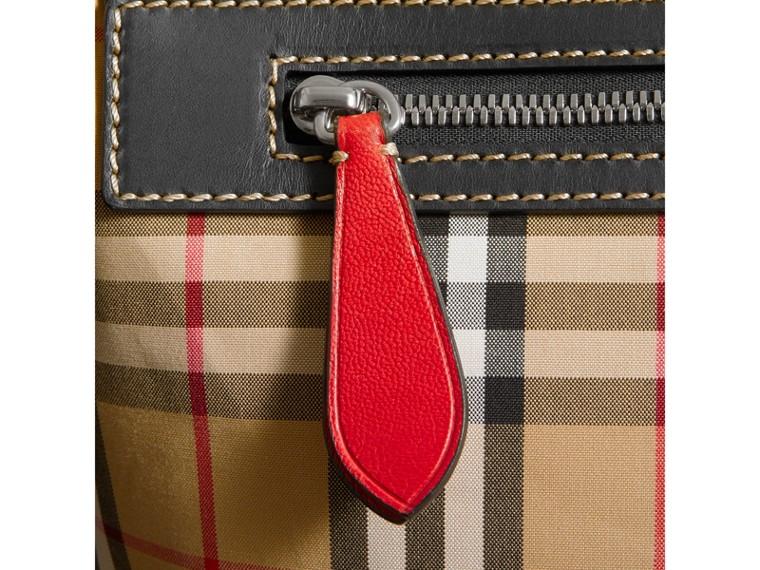 Grand sac Messenger à motif Vintage check avec détails en cuir (Jaune Antique/rouge Militaire) - Homme | Burberry Canada - cell image 1