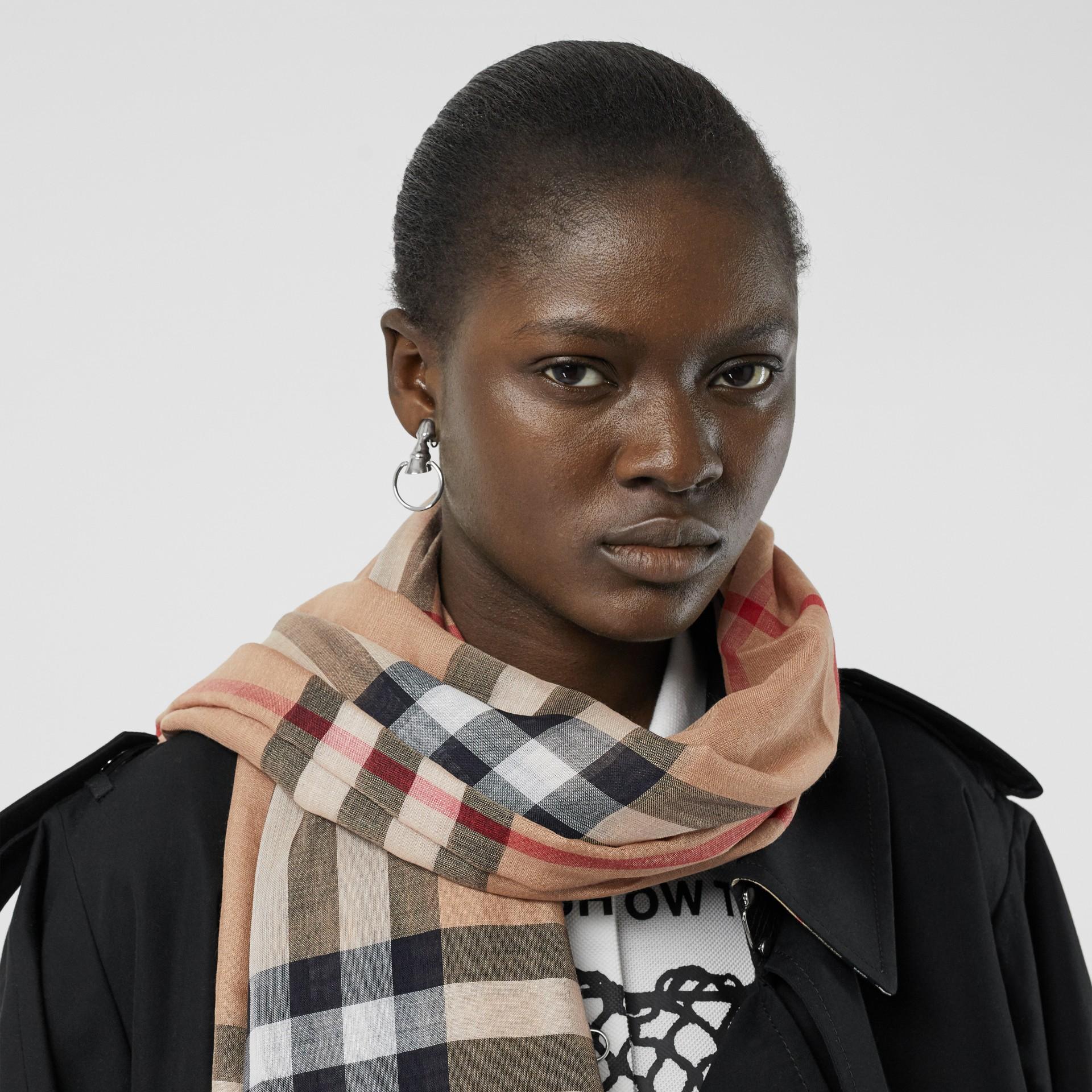 Легкий шарф в клетку (Песок) - Для женщин   Burberry - изображение 2