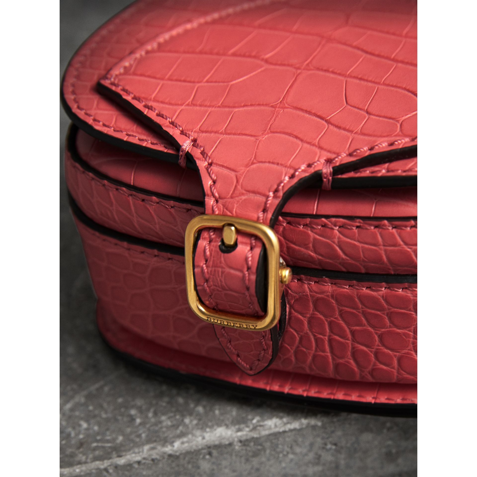 The Satchel con tasca in pelle di alligatore (Rosa Azalea) | Burberry - immagine della galleria 1