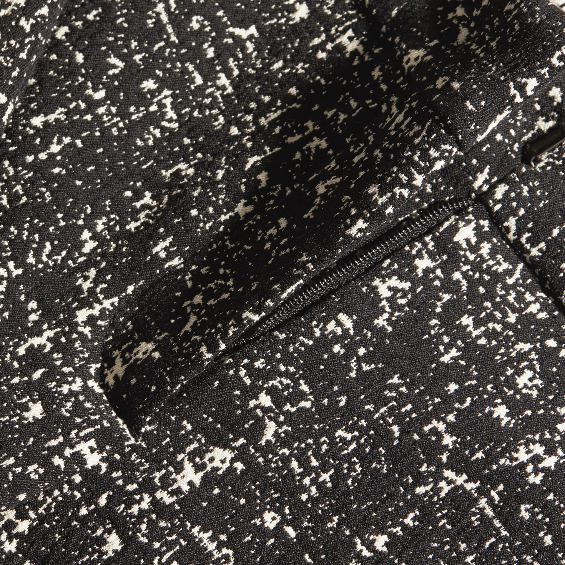Nero/bianco Pantaloni in lana e cotone con motivo check astratto - immagine della galleria 2