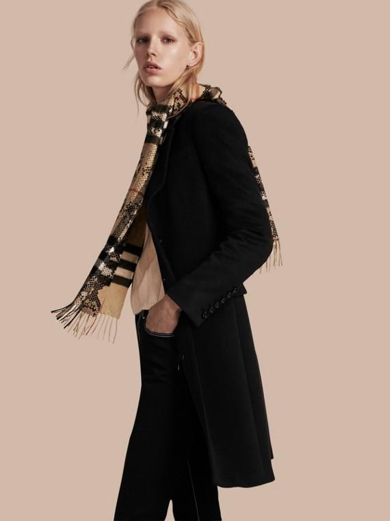 Camel/noir L'écharpe classique en cachemire à motif check et imprimé python - cell image 2
