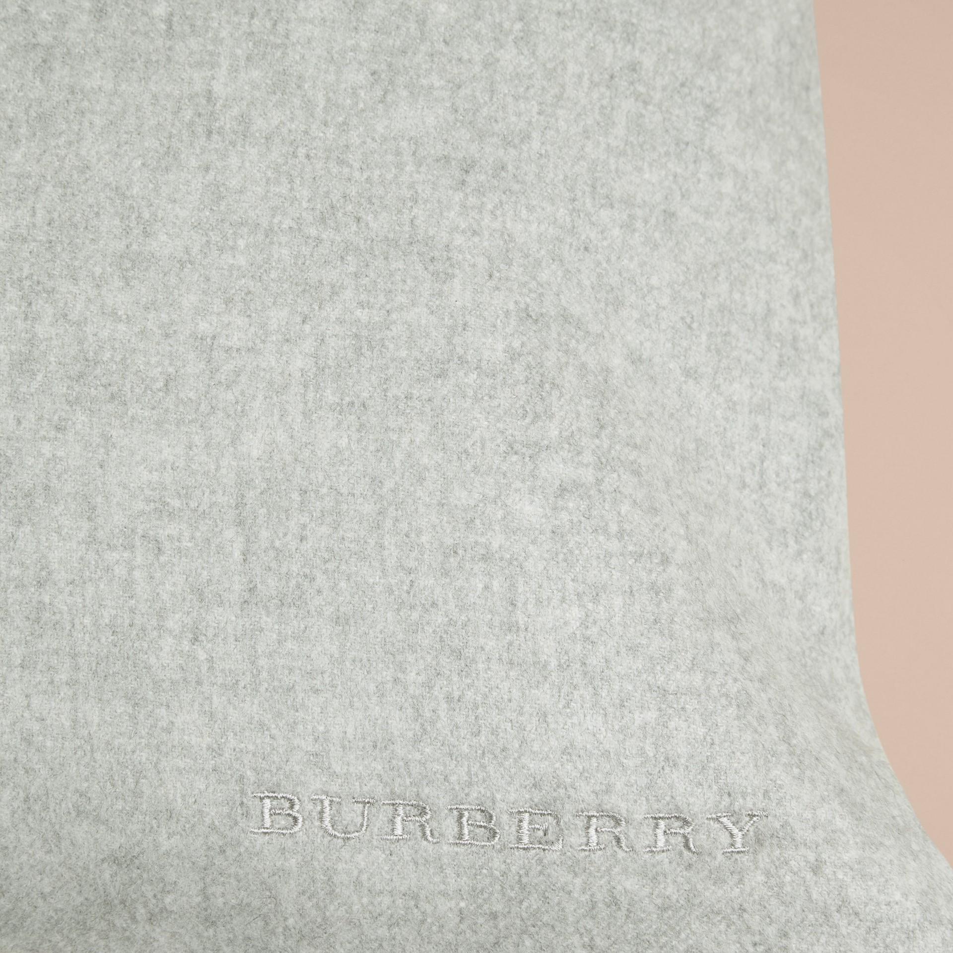 Gris pâle Housse de coussin en cachemire - photo de la galerie 2