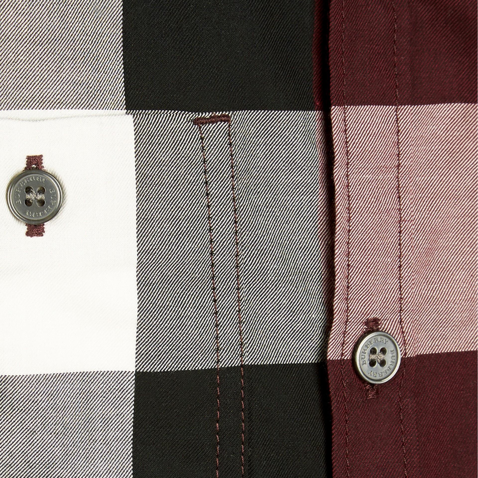 葡萄紅 格紋棉質襯衫 葡萄紅 - 圖庫照片 2