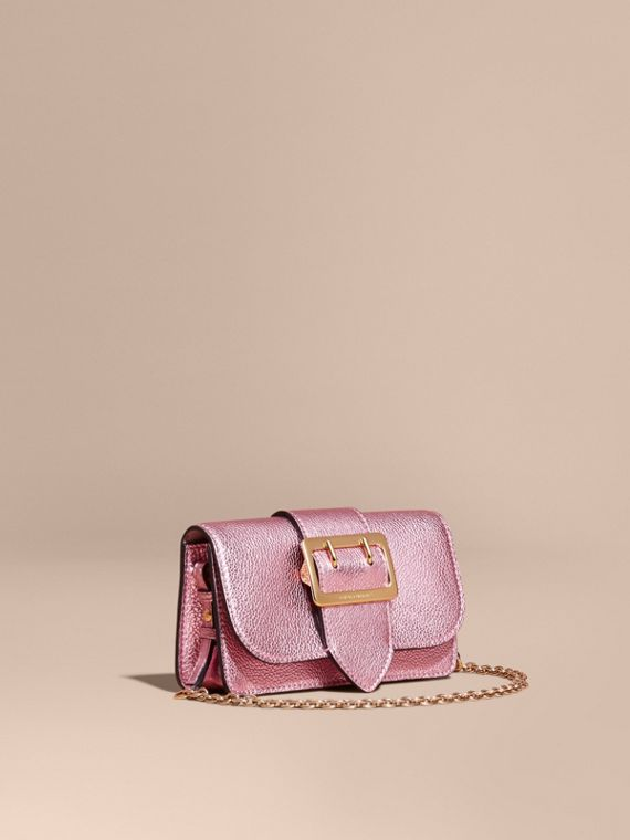The Mini Buckle Bag aus genarbtem Metallic-Leder Helles Orchideenfarben