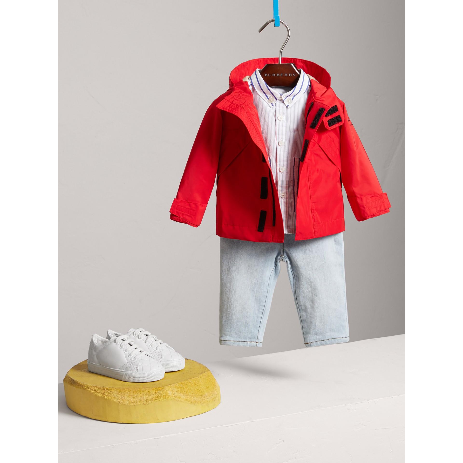 Jaqueta de tafetá com efeito memória com capuz (Vermelho Alaranjado Intenso) | Burberry - galeria de imagens 0