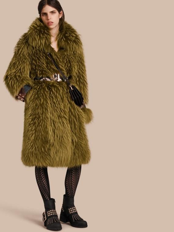 Manteau oversize en fourrure de raton laveur avec détails en peau de serpent