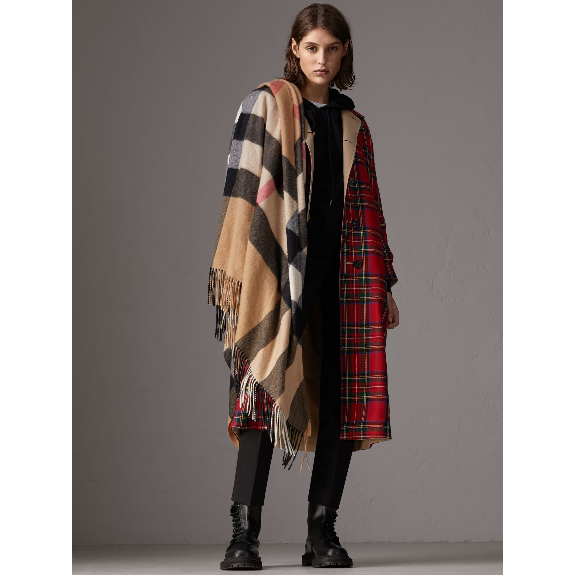 Check Cashmere Wrap in Camel | Burberry - gallery image 3