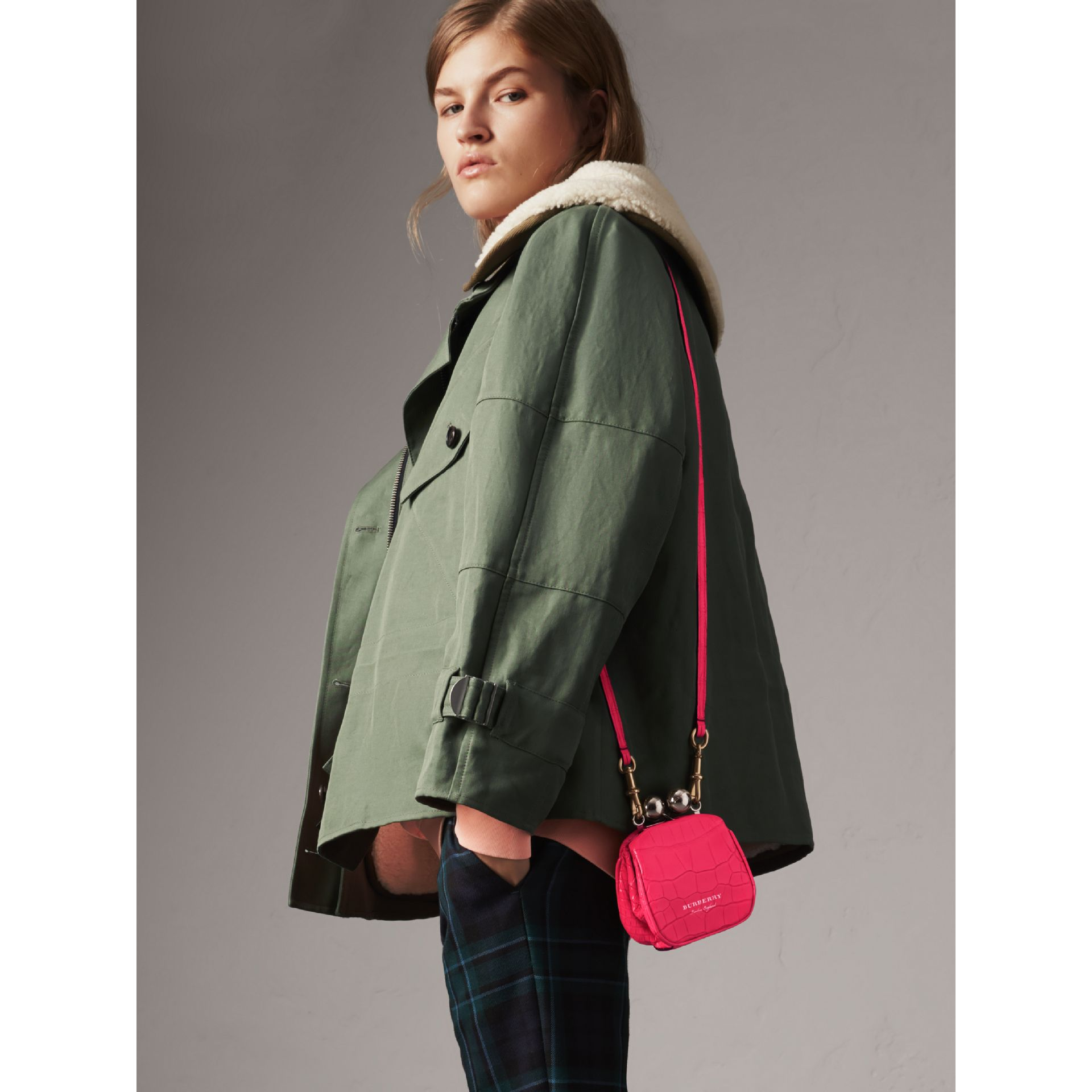 Mini sac porte-monnaie en alligator (Rose Néon) - Femme | Burberry Canada - photo de la galerie 2