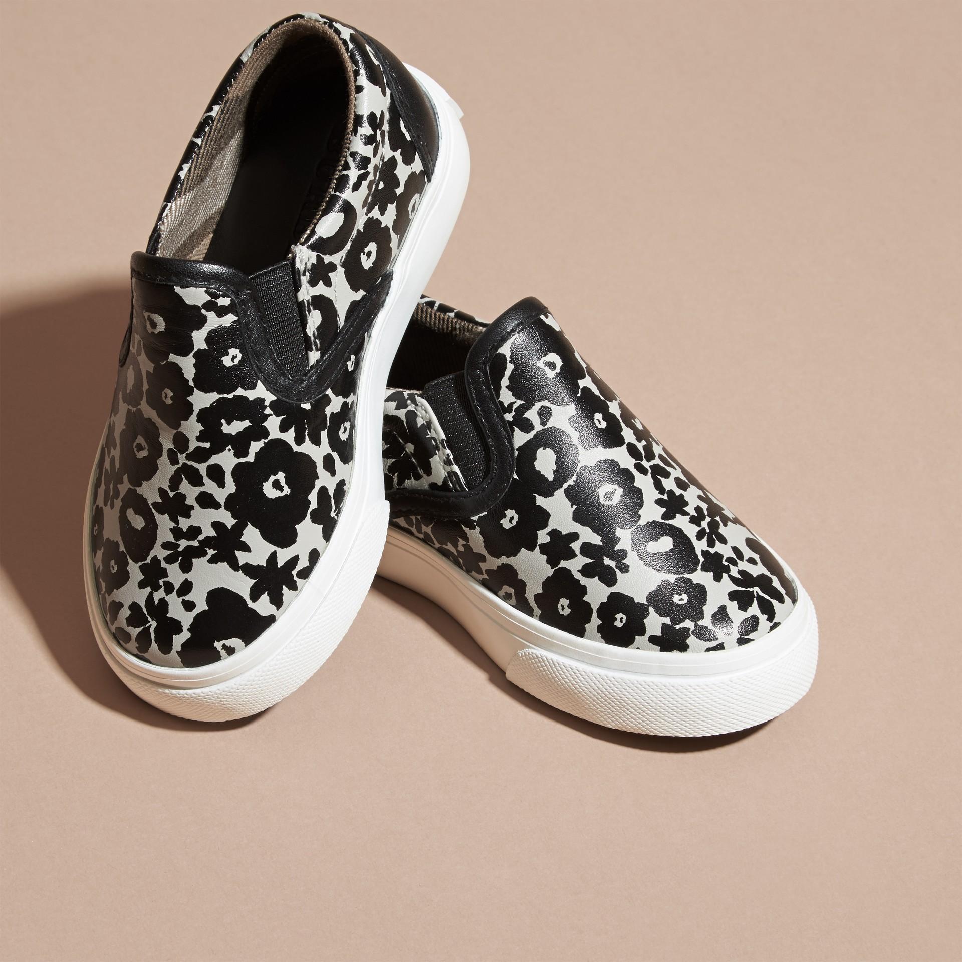 Noir/blanc Sneakers sans lacets en cuir à imprimé floral - photo de la galerie 3