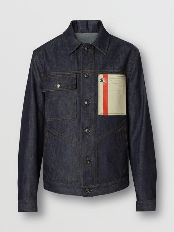 Джинсовая куртка с принтом в стиле почтовых открыток (Светлый Индиго)