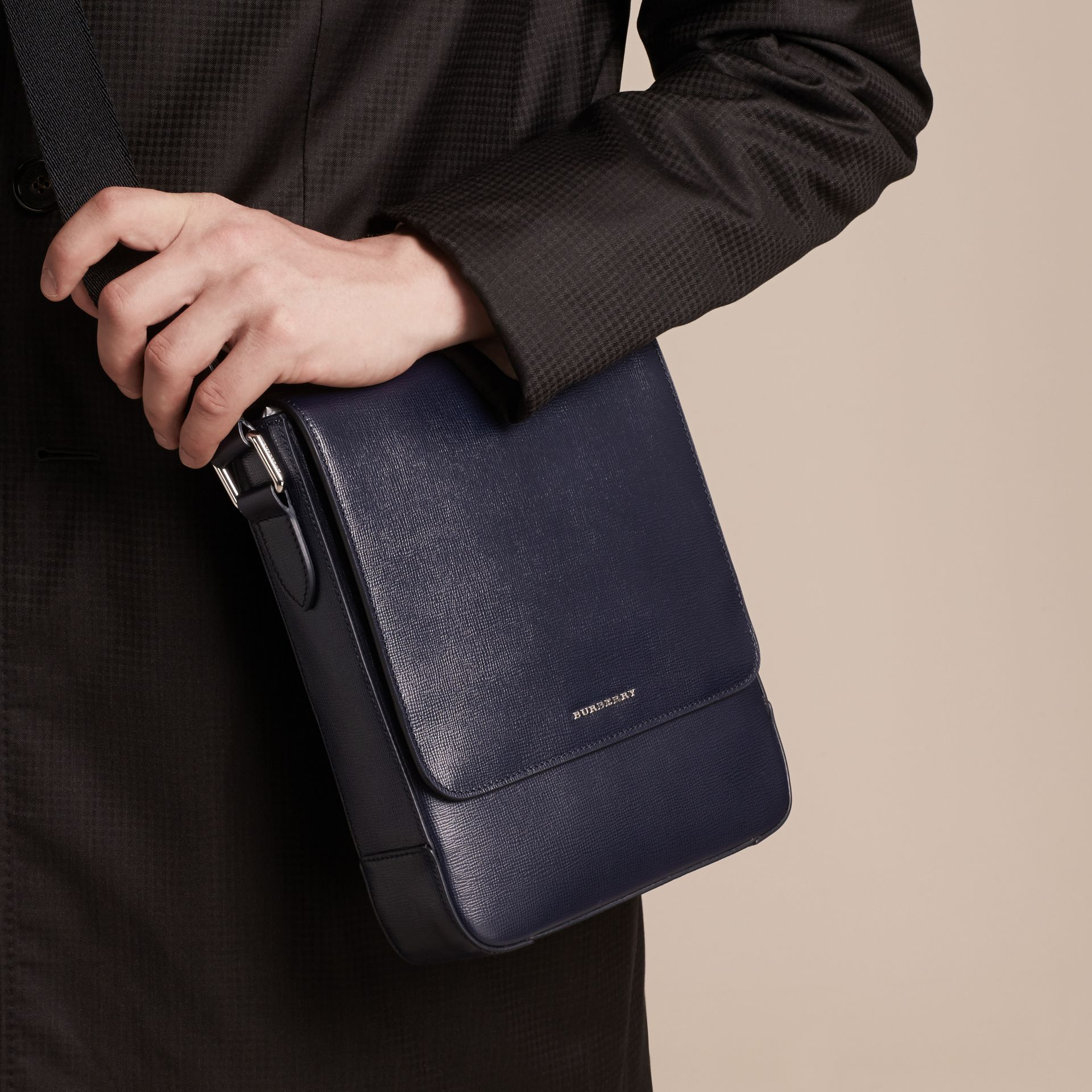 Navy scuro Borsa a tracolla in pelle London Navy Scuro - immagine della galleria 3