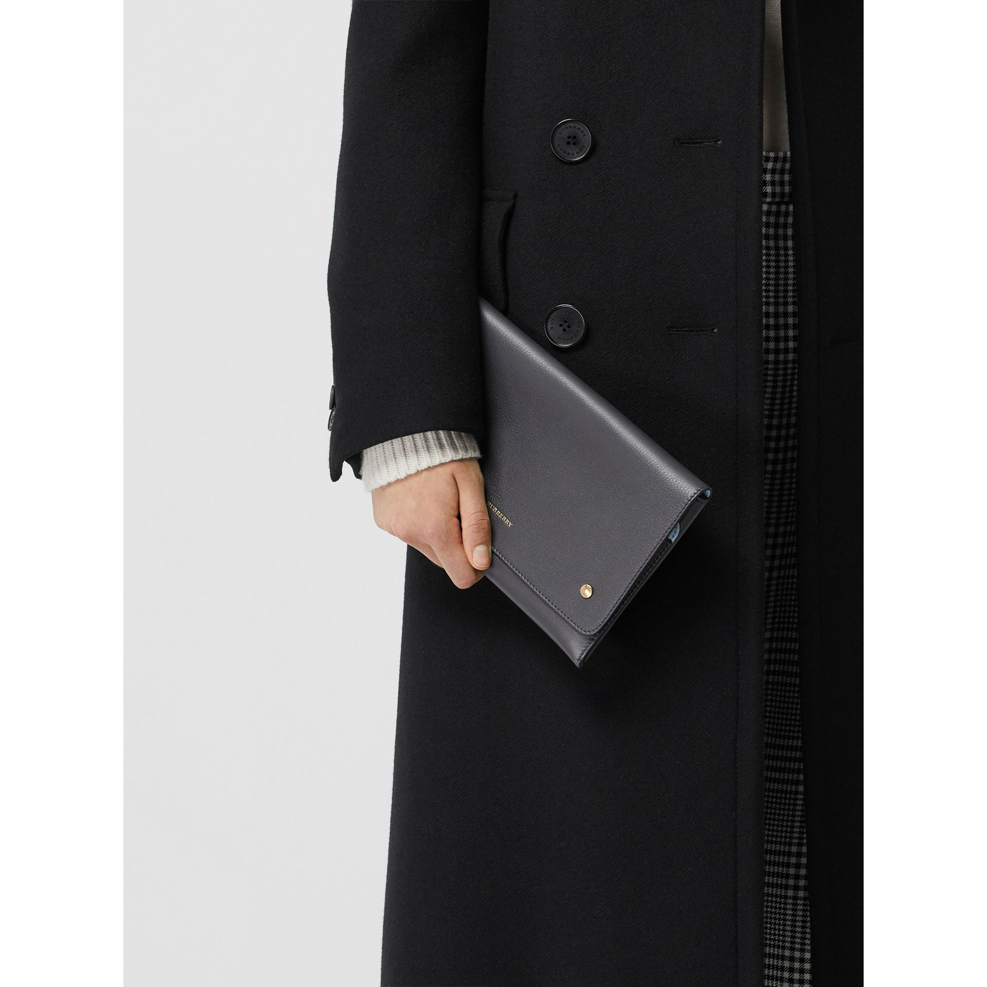 Clutch wristlet en cuir bicolore (Gris Anthracite) - Femme | Burberry - photo de la galerie 3