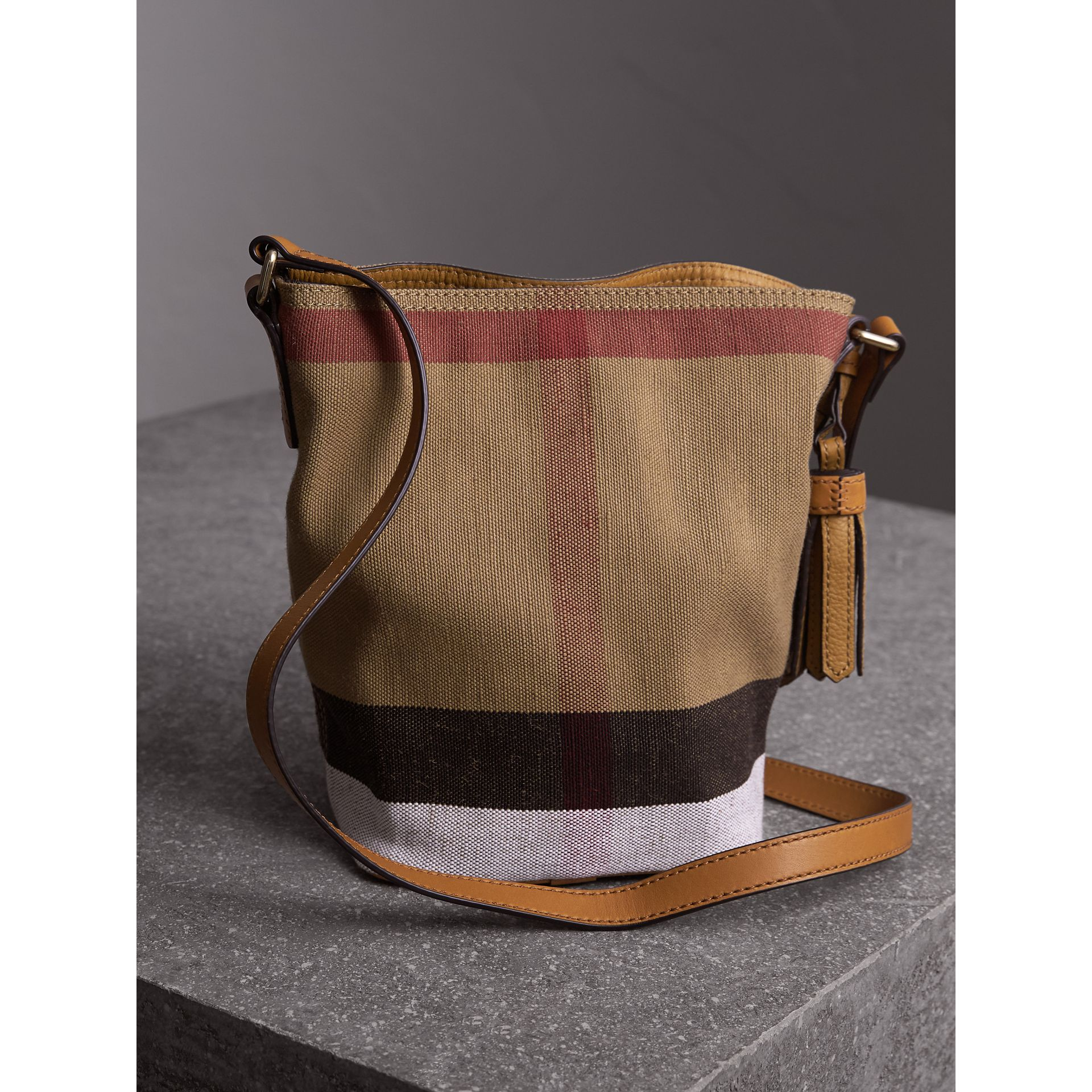 The Ashby piccola con pelle e motivo Canvas check (Marrone Cuoio) - Donna | Burberry - immagine della galleria 4