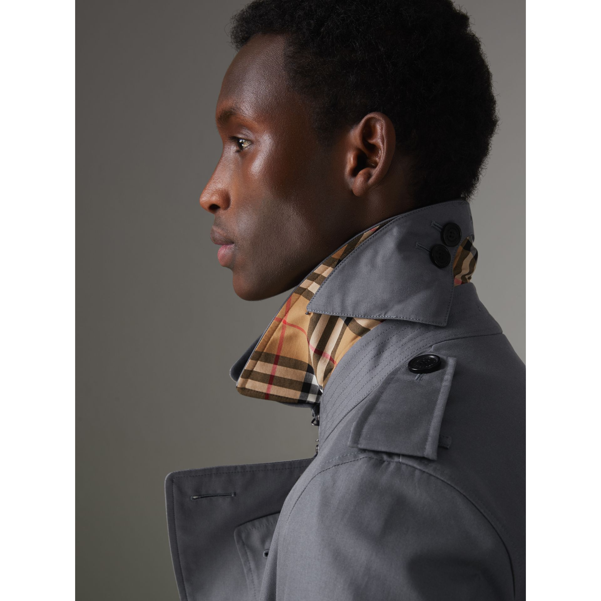 The Chelsea – Trench Heritage long (Gris Moyen) - Homme | Burberry - photo de la galerie 5
