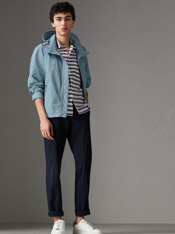 Wasserabweisende Jacke mit packbarer Kapuze (Schieferblau)