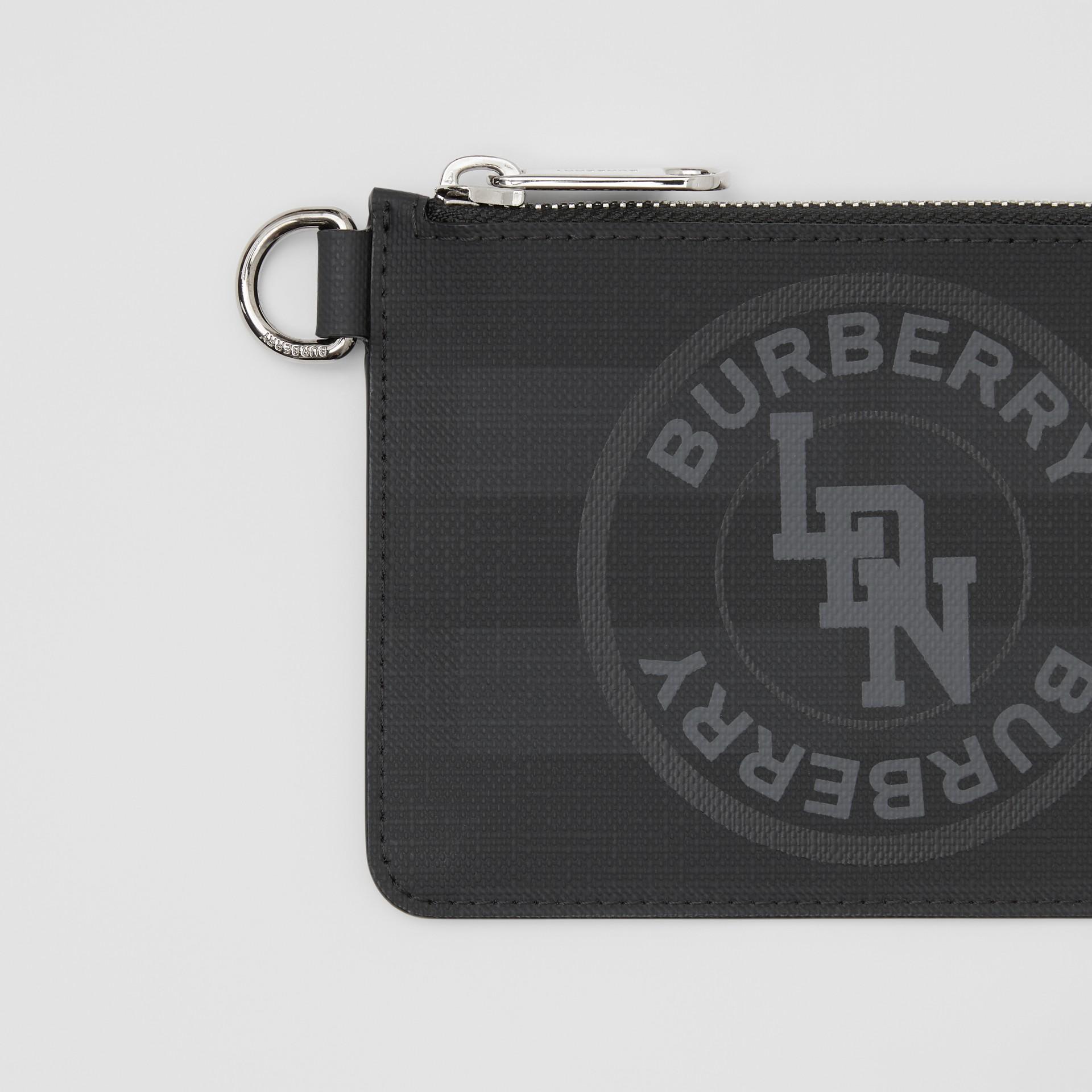 Monedero a cuadros London Checks con cremallera y logotipo de estilo gráfico (Gris Marengo Oscuro) - Hombre | Burberry - imagen de la galería 1