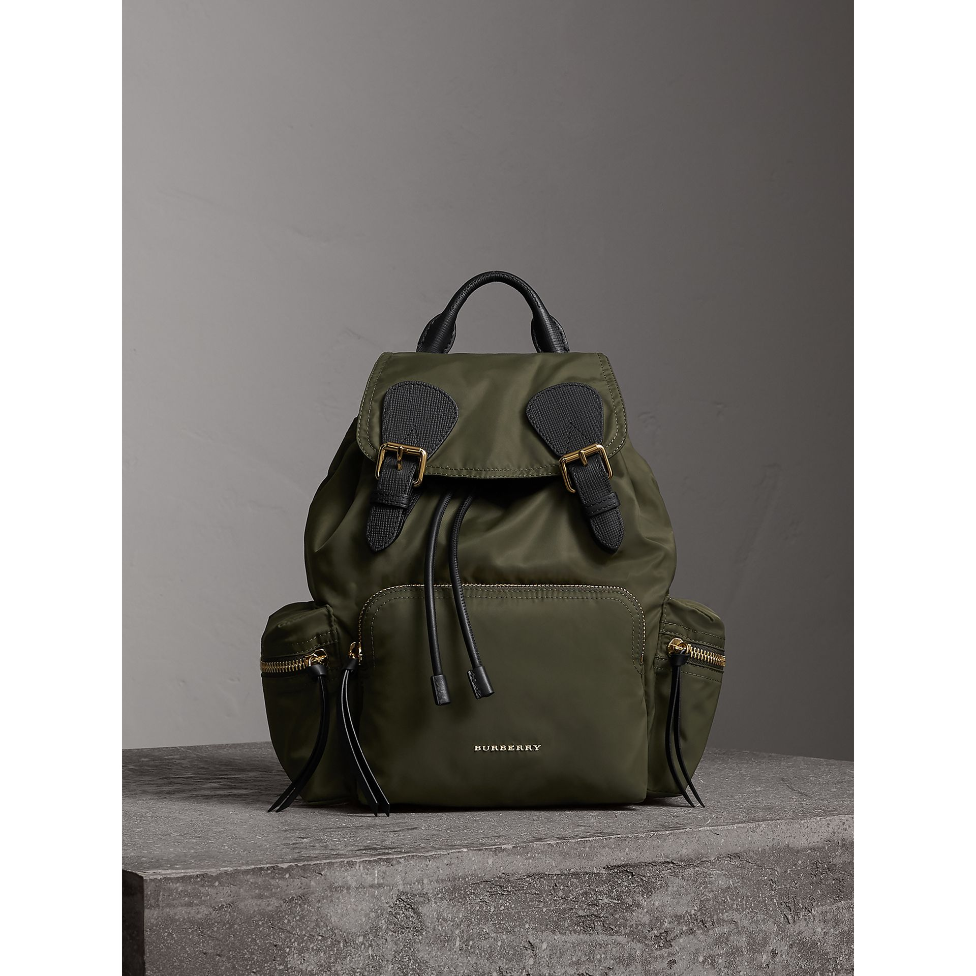 Sac The Rucksack medium en nylon technique et cuir (Vert Toile) - Femme | Burberry - photo de la galerie 1