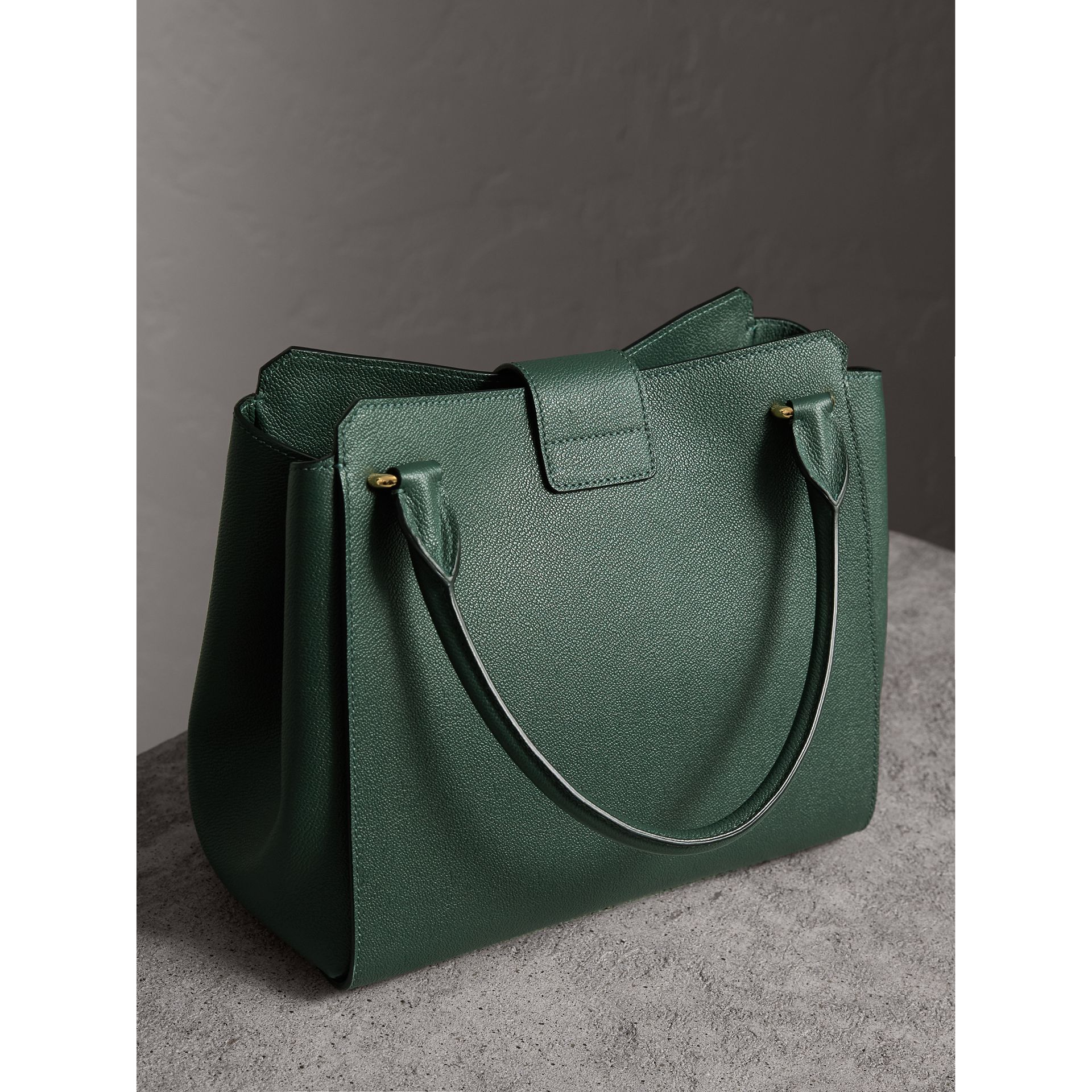 Sac tote The Buckle moyen en cuir grainé (Vert Marin) - Femme | Burberry - photo de la galerie 4
