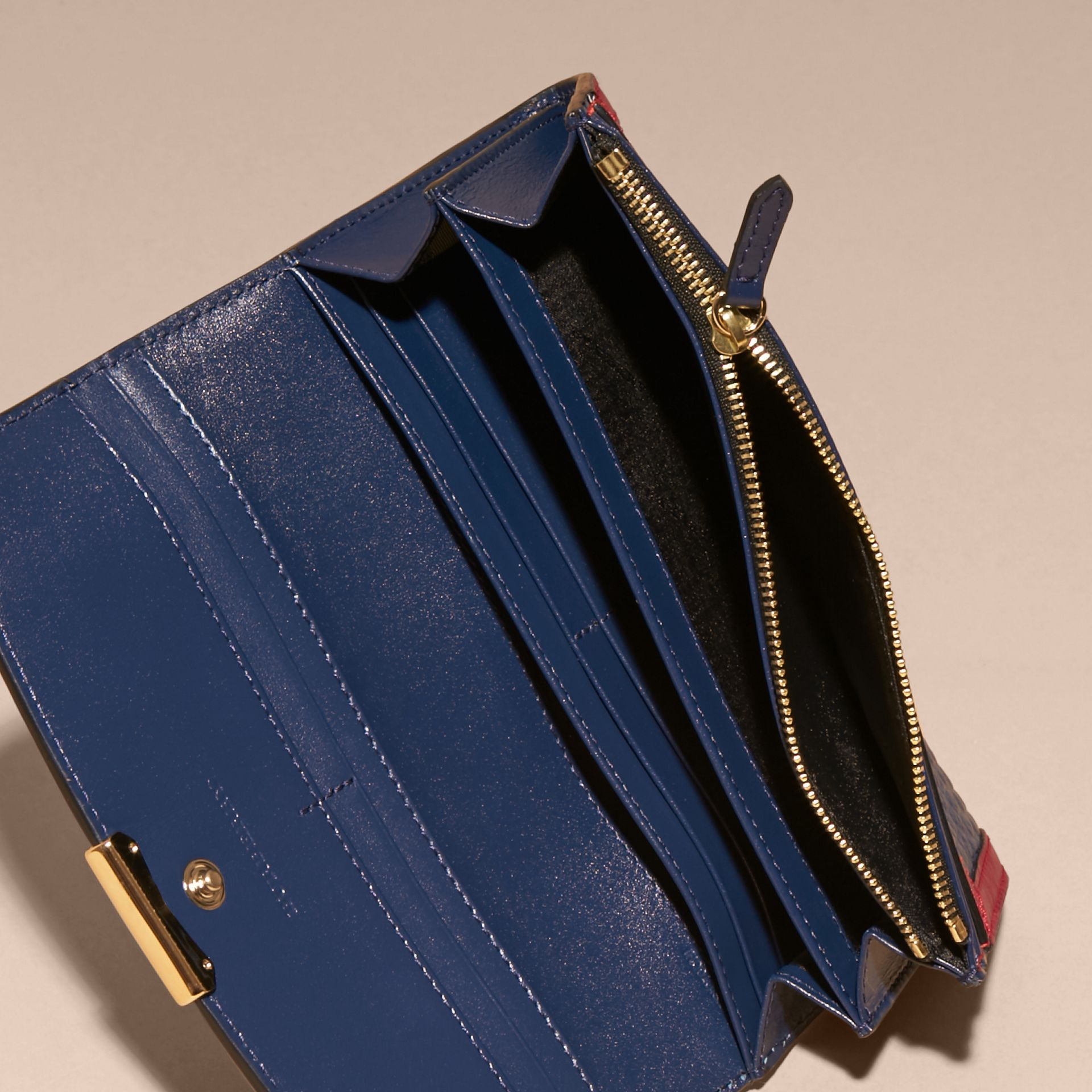 Blu carbonio/rosso parata Portafoglio continental in pelle a grana Burberry con bordo a contrasto - immagine della galleria 5