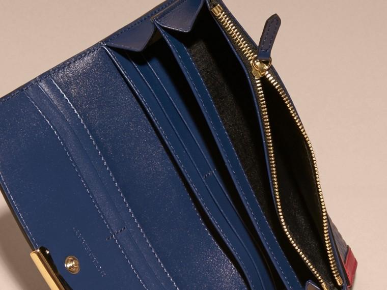 Blu carbonio/rosso parata Portafoglio continental in pelle a grana Burberry con bordo a contrasto - cell image 4