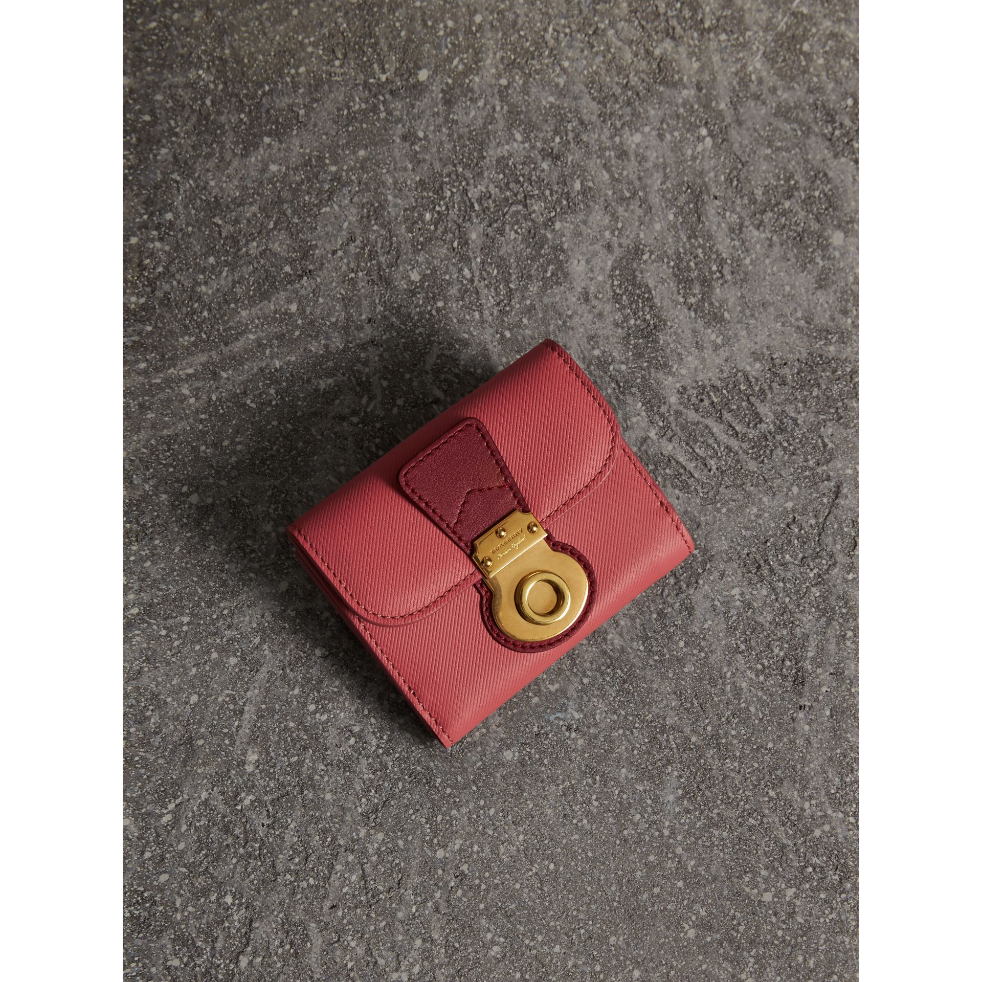 Portefeuille en cuir trench bicolore (Rose Blossom/rouge Antique) - Femme | Burberry - photo de la galerie 1