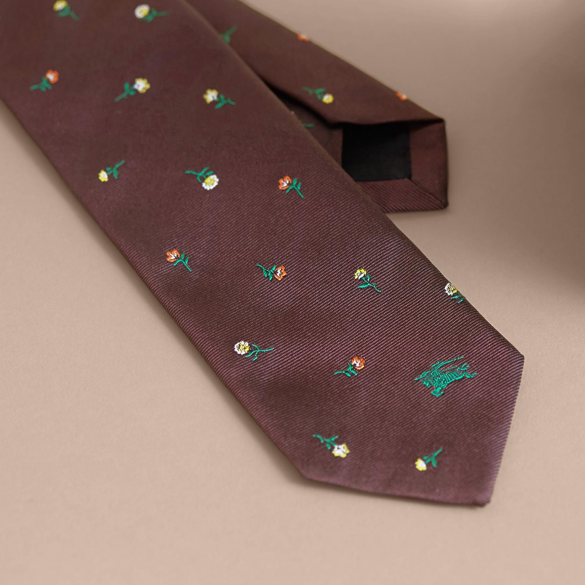 Schmal geschnittene Krawatte aus Seidenjacquard mit Blumenmuster (Dunkles Zimtfarben) - Herren | Burberry - Galerie-Bild 2