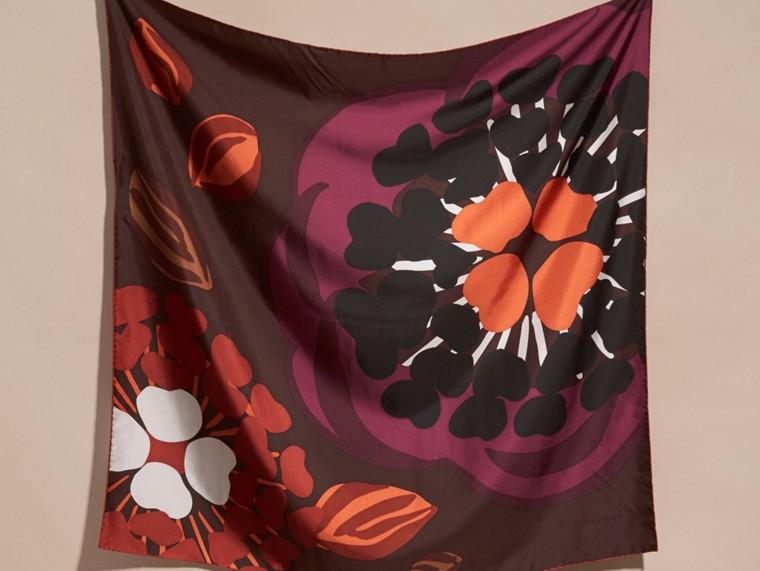 Tiefes burgunderrot Karreeschal aus Seidentwill mit floralem Muster – Mittelgroß Tiefes Burgunderrot - cell image 4