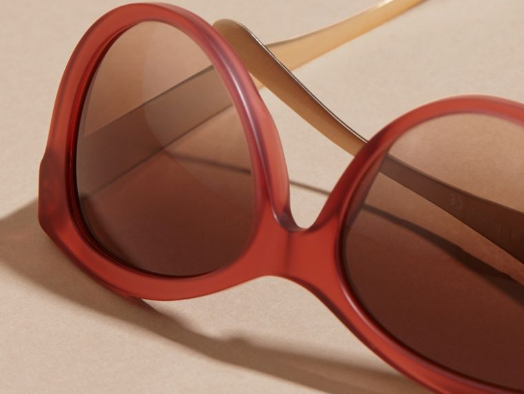 Rojo Gafas de sol con montura de ojo de gato y checks en 3D Rojo - cell image 1