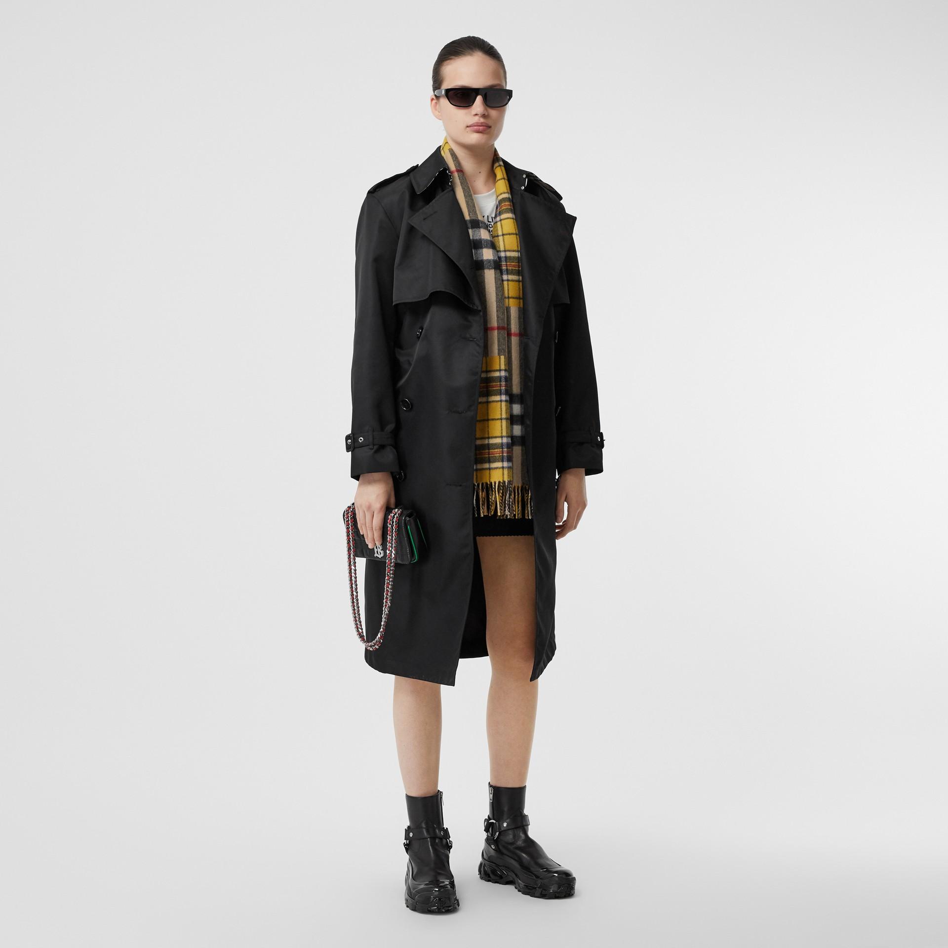 對比格紋喀什米爾美麗諾羊毛提花圍巾 (鮮黃色) | Burberry - 圖庫照片 6