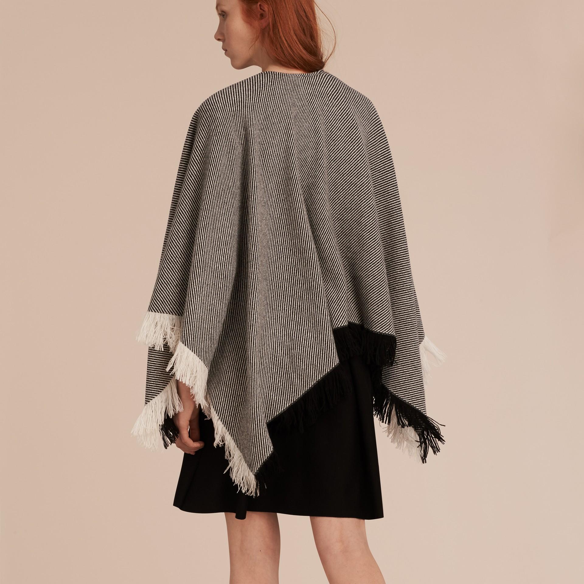 Nero/bianco Poncho in lana e cashmere con frange - immagine della galleria 3