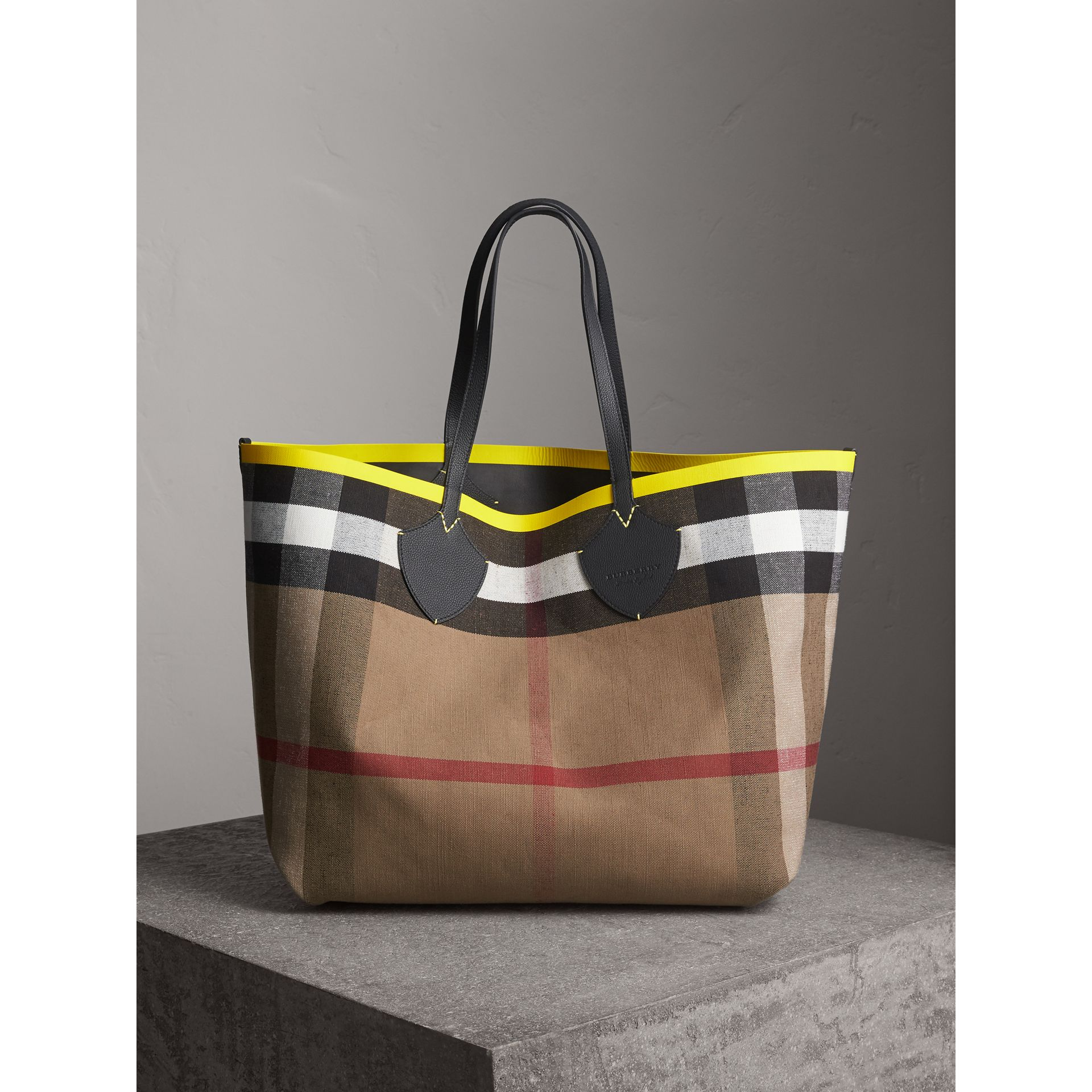The Giant Reversible Tote in Canvas Check and Leather in Black/neon Yellow | Burberry - gallery image 0