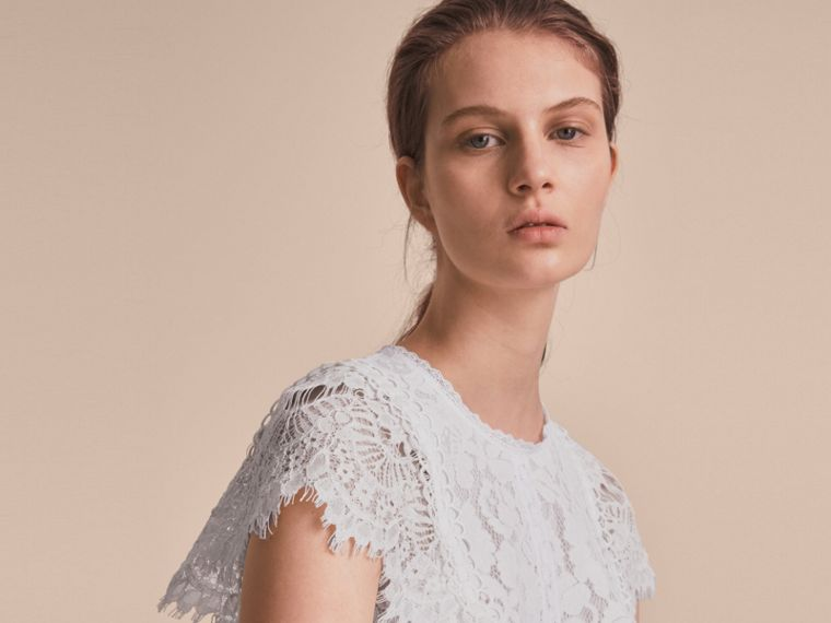 Scalloped Cap Sleeve Floral Lace Top - cell image 4