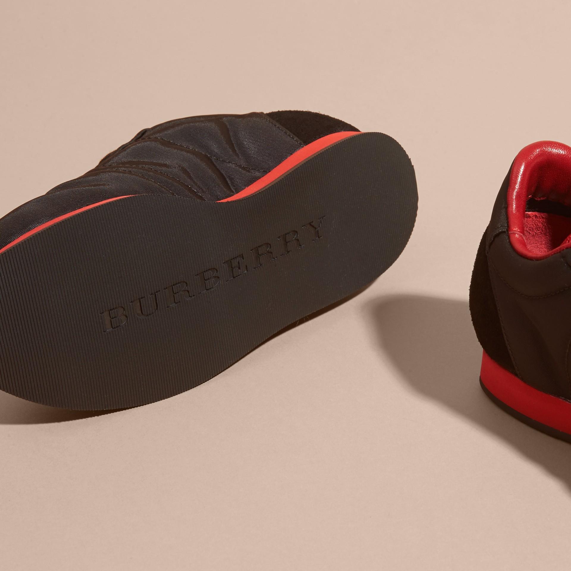 Negro/rojo militar Zapatillas deportivas en piel y raso con franjas de colores Negro/rojo Militar - imagen de la galería 2