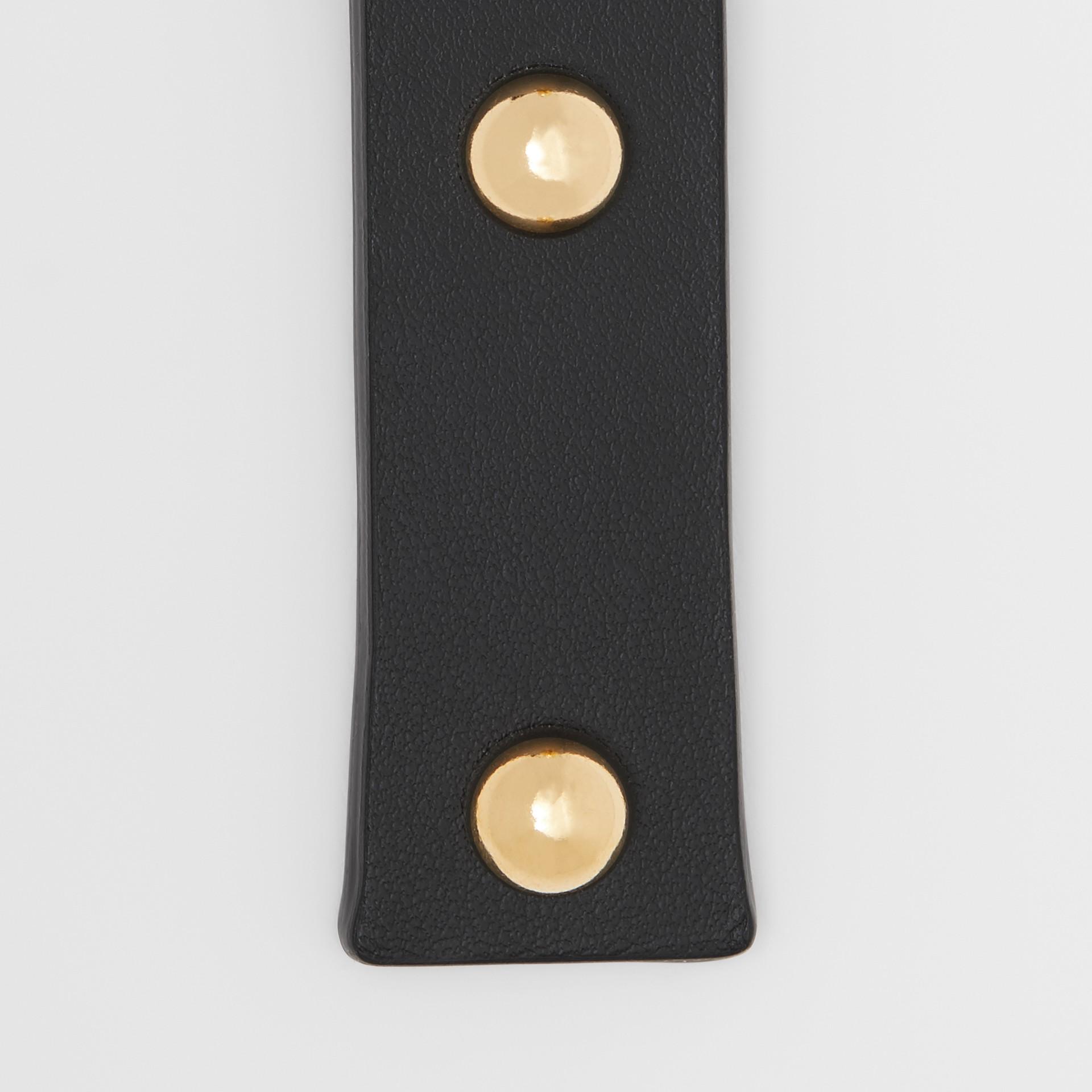 「I」鉚釘皮革字母吊飾 (黑色/淺金色) - 女款 | Burberry - 圖庫照片 1