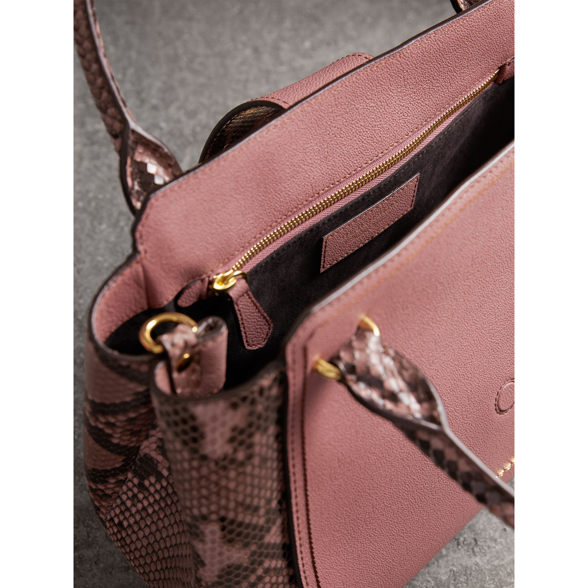 Sac tote The Buckle medium en cuir grainé et python (Rose Cendré) - Femme | Burberry - photo de la galerie 6