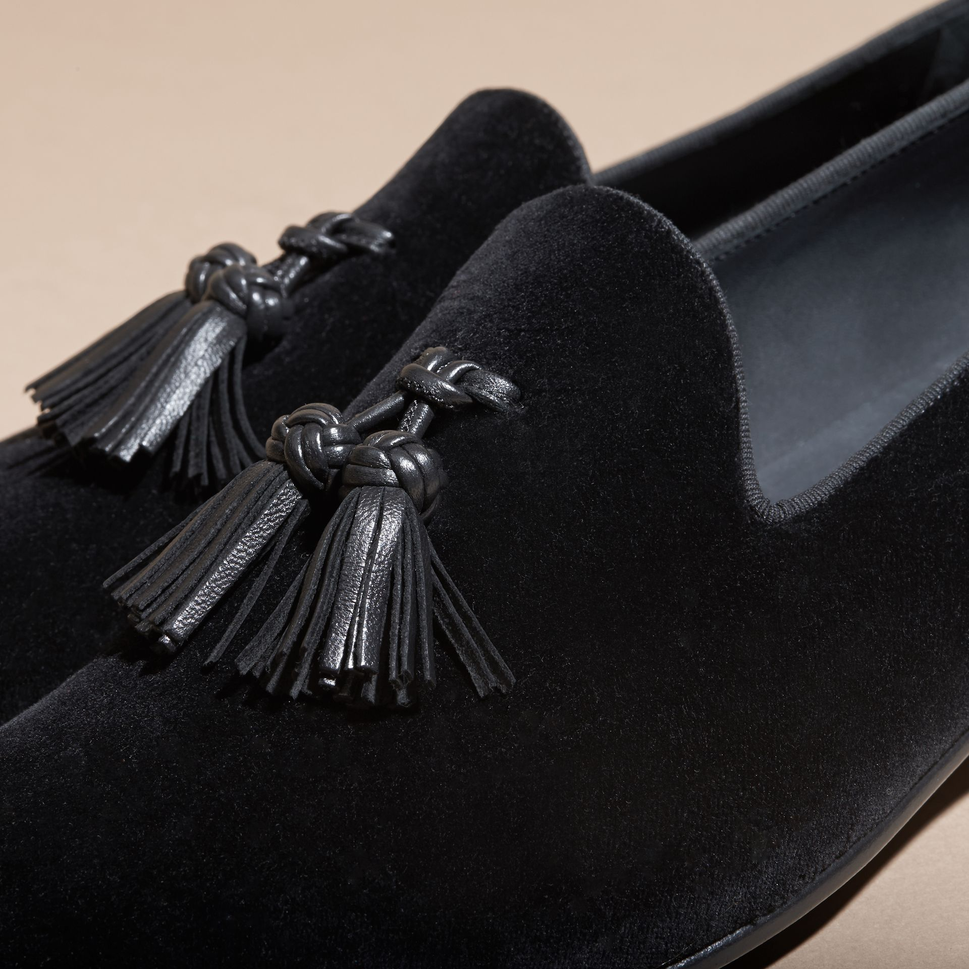 Noir Mocassins en velours avec pampilles - photo de la galerie 2
