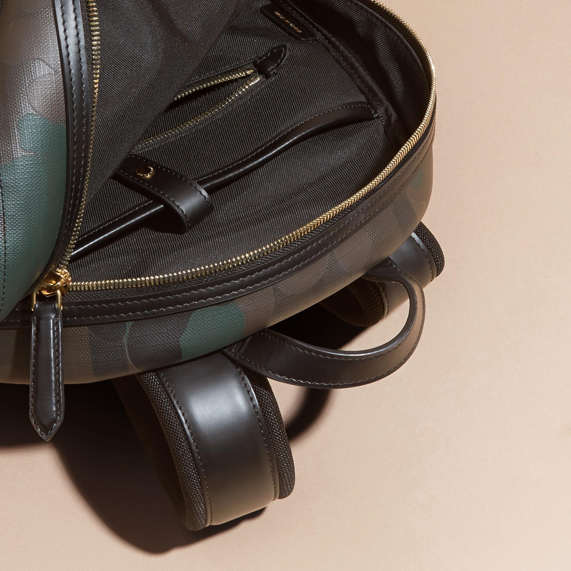 Schokoladenbraun Rucksack in London Check mit Camouflage-Druck - Galerie-Bild 2