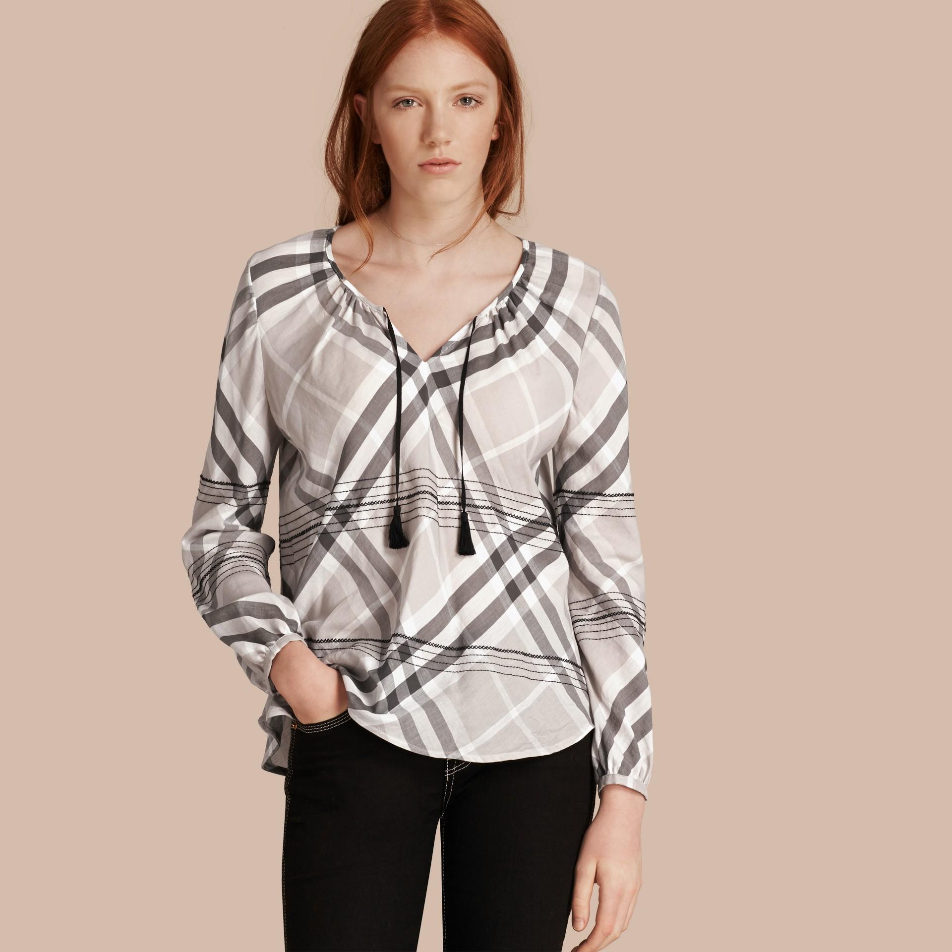 Gris pâle Tunique en coton à motif check avec surpiqûres Gris Pâle - photo de la galerie 1