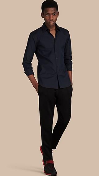 Camisa en algodón elástico con pespuntes a contraste