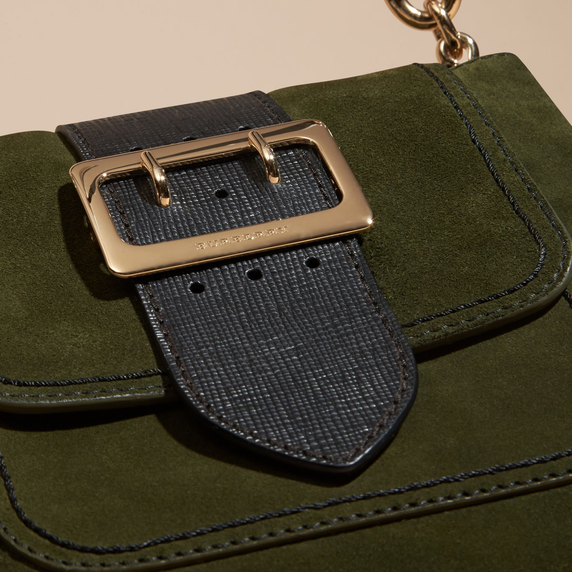 Verde militare Borsa The Buckle media quadrata in pelle scamosciata inglese e motivo House check - immagine della galleria 2