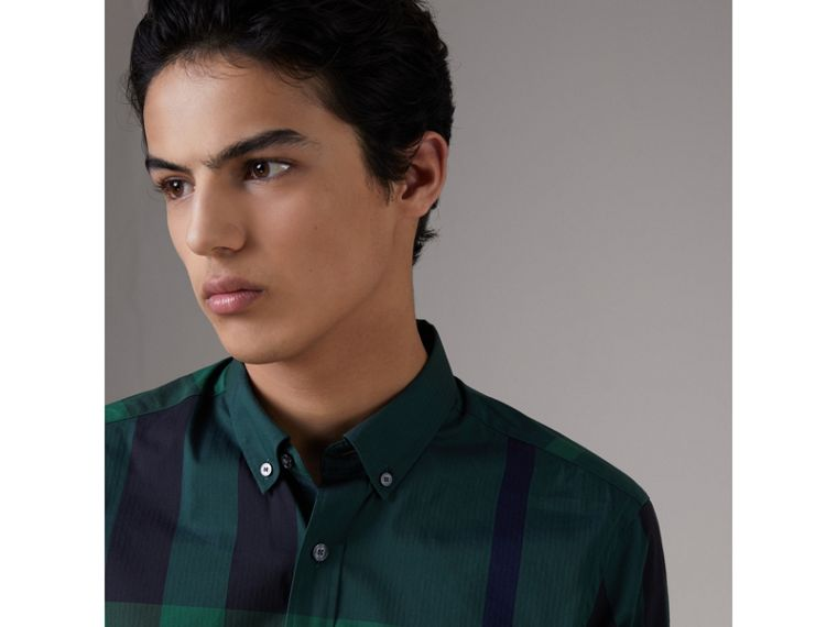 Camicia in misto cotone stretch con motivo tartan e colletto button-down (Verde Foresta) - Uomo | Burberry - cell image 1