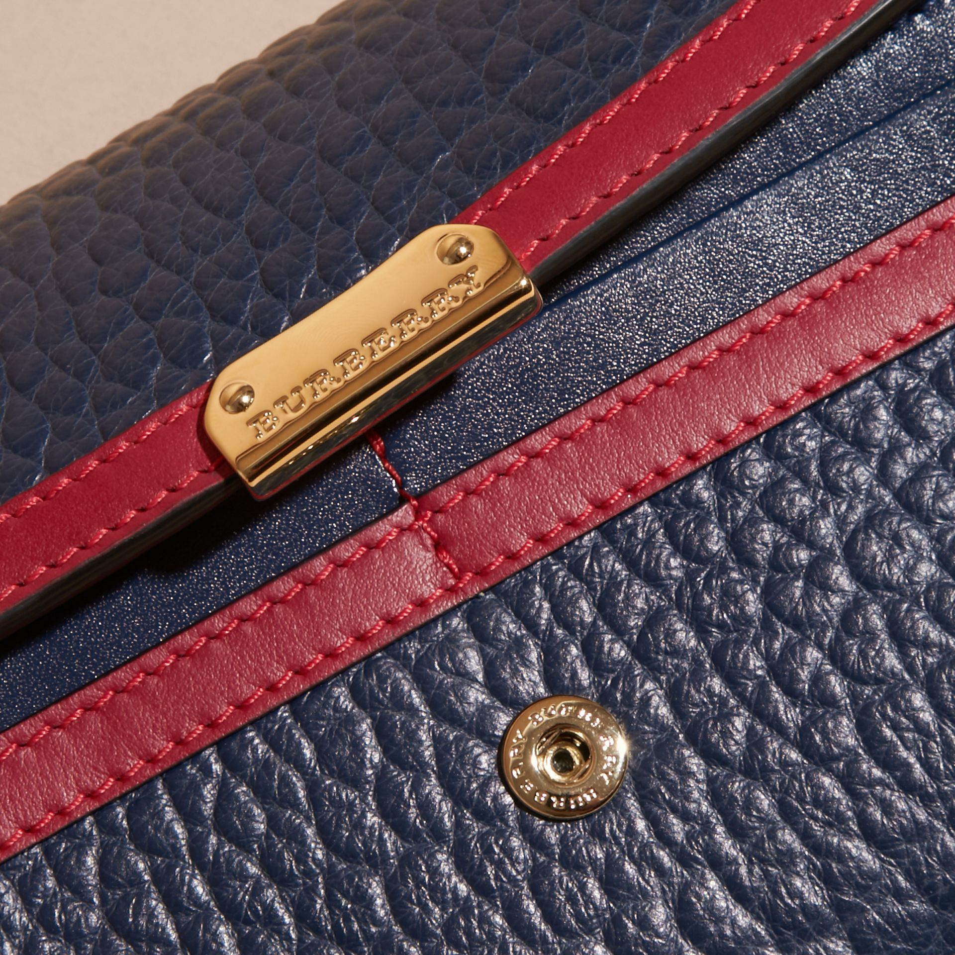 Blu carbonio/rosso parata Portafoglio continental in pelle a grana Burberry con bordo a contrasto - immagine della galleria 2