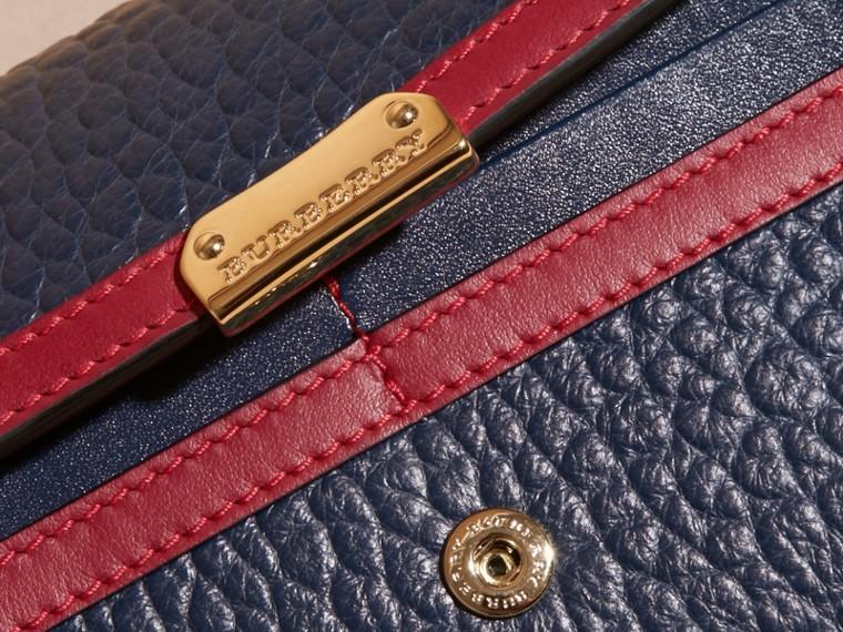 Угольно-синий / парадный красный Классический бумажник из зернистой кожи с окантовкой - cell image 1
