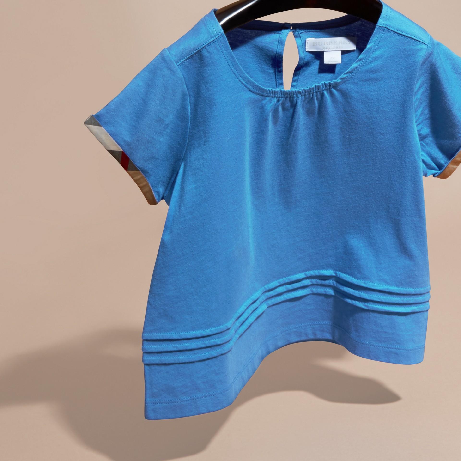Bleu hortensia vif T-shirt à plis en coton à motif check Bleu Hortensia Vif - photo de la galerie 3