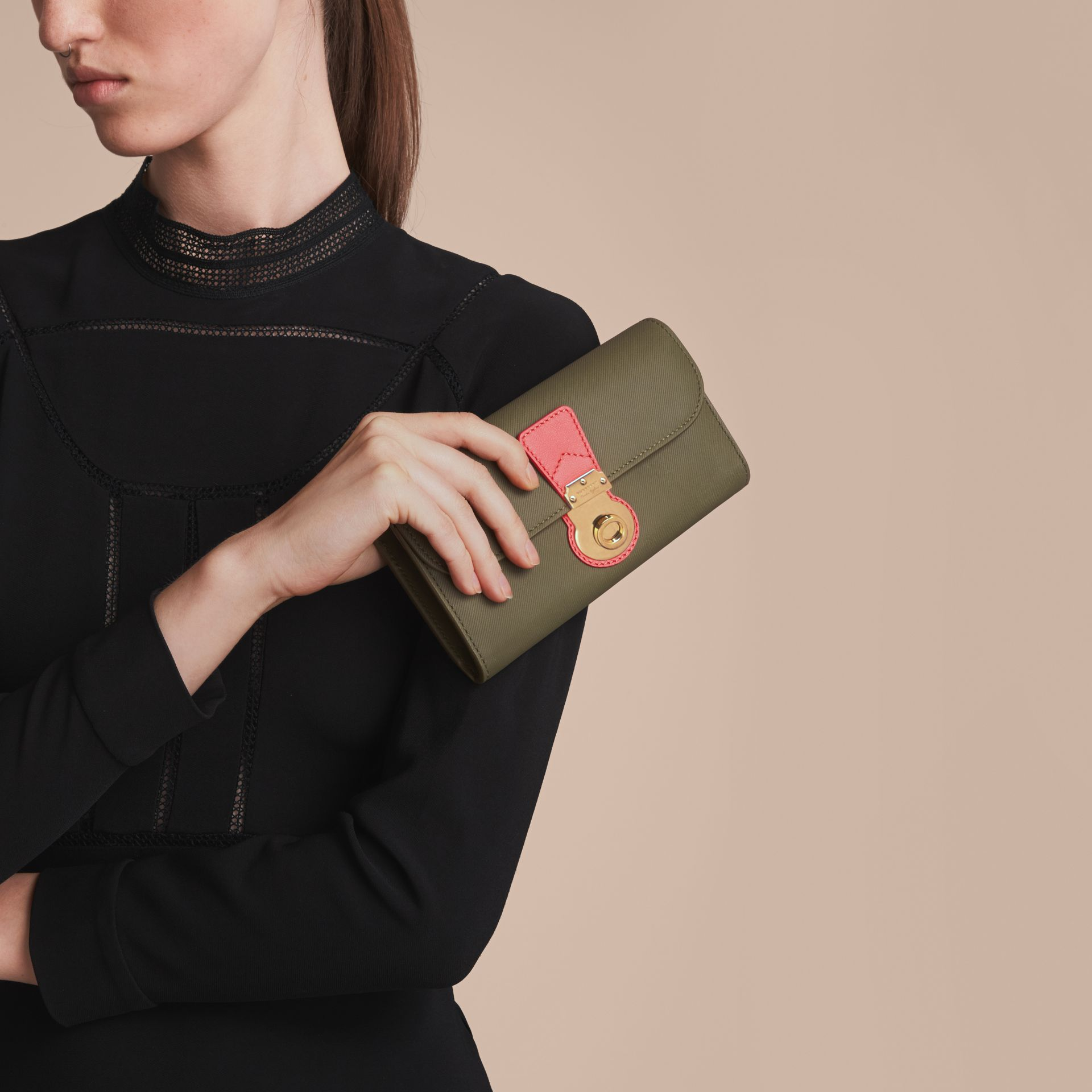 Two-tone Trench Leather Continental Wallet in Moss Green/ Blossom Pink - Women | Burberry Australia - gallery image 3
